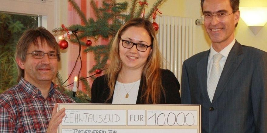 Scheckübergabe (von links): Claus Geppert freut sich über das Engagement von Hiestand, vertreten durch Mandy Maier und Dietmar Ney.