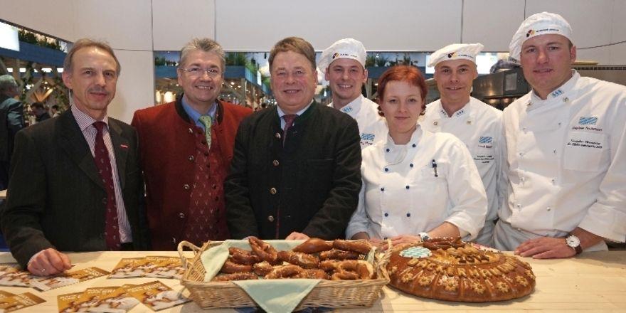 Das bayerische Bäckerhandwerk ist auf der Grünen Woche vertreten: (von links) Wolfgang Filter, Heinz Hoffmann, Helmut Brunner, Georg Hermann, Janny Kleinle, Arnulf Kleinle, Stephan Bockmeier.