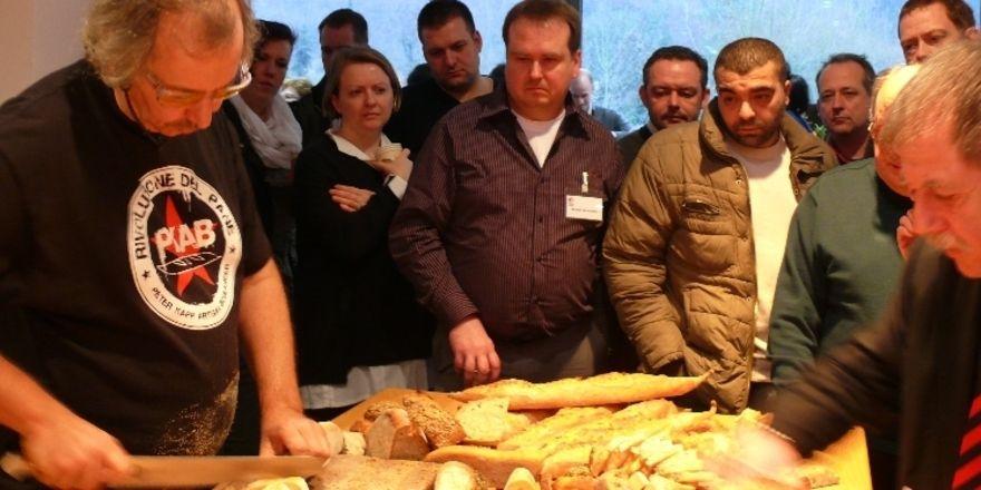 Peter Kapp (links) und die Kollegen bei der Verkostung seiner mitgebrachten Brotspezialitäten.