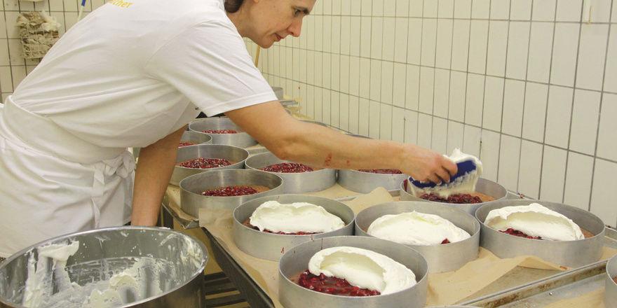 Beate Jahndorf gibt den Fond direkt in den Sahnekessel und lässt ihn maschinell mischen. So braucht der Sahnestand für Torten und Desserts nicht händisch untergemischt werden.