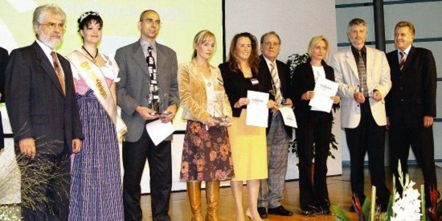 Bei der Verleihung des südback Trend Award 2005, der von der Messe Stuttgart in Kooperation mit der Allgemeinen BäckerZeitung ausgeschrieben wird (von links): Jury-Vorsitzender Prof. Peter Lausterer, Suzie Kristin Jeske, die neue Brezelkönigin, Georg