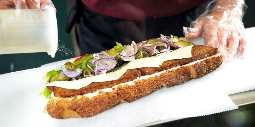 Ganz individuell wird das Brot vor den Augen der Kunden belegt.