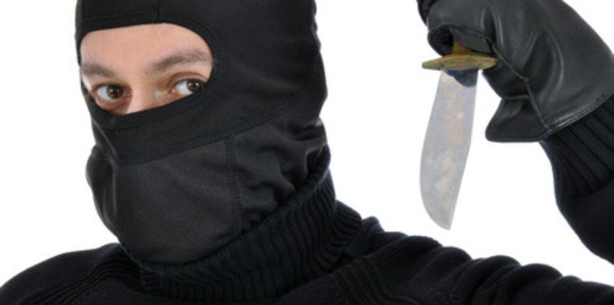 Der Täter war vermummt und bedrohte den Bäckerei-Fahrer mit einem Messer.