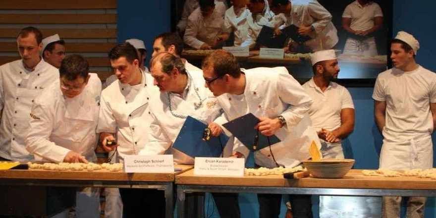 """Schnell und fein, kann das sein?. Die Jury bei Wettbewerb """"Bayerns schnellster Bäcker"""", den Christoph Schlierf (2. rechts) gewonnen hat."""
