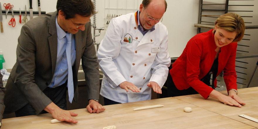 Peter Liese (links) und Julia Glöckner (rechts) interessieren sich für die Belange des Bäckerhandwerks.