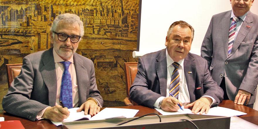 Kammerpräsident Heinrich Traublinger (Mitte) und Hauptgeschäftsführer Lothar Semper (rechts) mit Ignacio Fernández de Mesa y Delgado, Präsident der Handelskammer Córdoba.