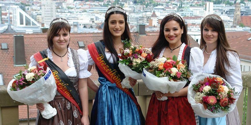 Brezelprinzessin Jasmin Kranz und Brezelkönigin Nilay Serttas mit ihren Vorgängerinnen Katia Di Lella-Wagner und Melanie Müller.