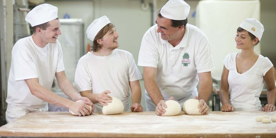 Bäcker Karl-Dietmar Plentz (Zweiter von rechts) hat ein Händchen für junge Leute und gehört zu den bisherigen Preisträgern.