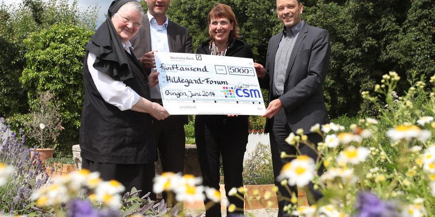 Freuen sich über die Zusammenarbeit: (von links) Schwester Ancilla-Maria, Manfred Laukamp, Marianne Jagla und Frank Breuer.
