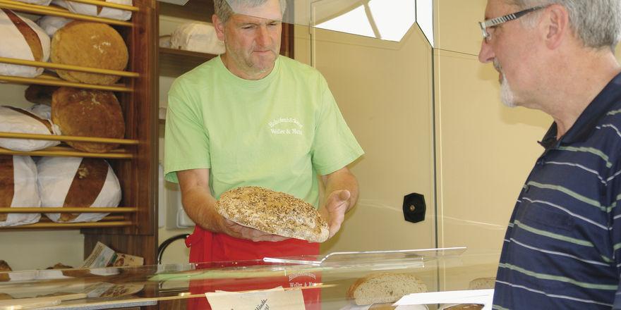 Backwaren aus dem Holzbackofen: Brote und Kleingebäcke sind bei Ulrich Weller der Angebotsschwerpunkt. Mit dem Verkaufsfahrzeug kann er fertig eingeräumt auf dem Markt vorfahren.