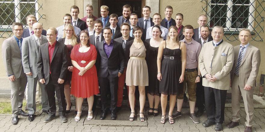 Die 23 Absolventen des Lochhamer Meisterkurses mit (von rechts) Wolfgang Filter und Heinz Hoffmann sowie Arnulf Kleinle (Dritter von links). Foto. Ried