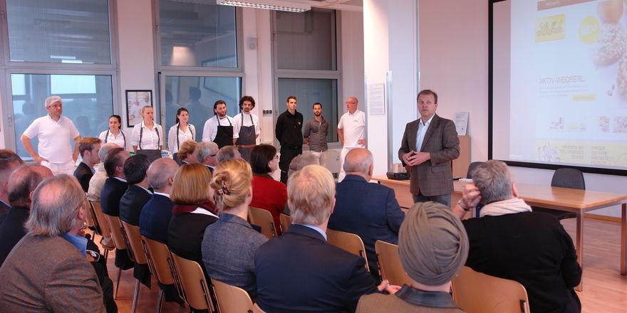 Gerhard Ströck erläutert den Mitgliedern des Großbäcker-Verbandes die Firmen-Philosophie.