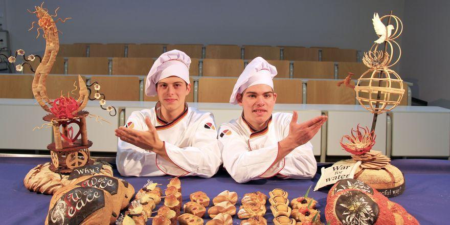 Daniel Plum (links) und Samuel Hrasky bei den Vorbereitungen an der Akademie.