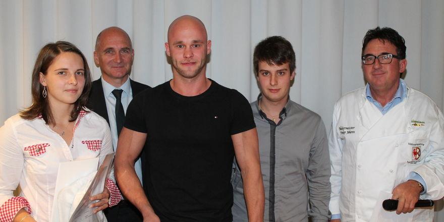 Die drei besten Nachwuchsbäcker Michaela Rainer, Markus Murrau und Martin Runggaldier (von links) mit hds-Präsident Walter Amort (zweiter v.l.) und Landesinnungsmeister Johann Trenker.