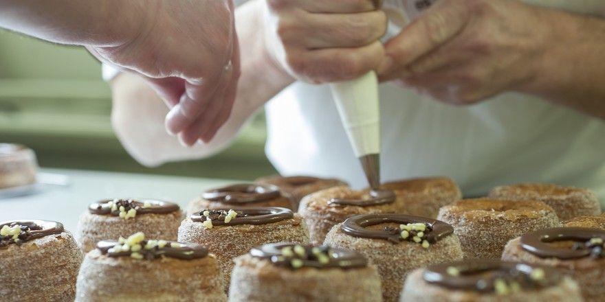 """Der Name """"Cronut"""" ist eine geschützte Marke. In Deutschland bietet beispielsweise Vandemoortele ähnliche Kreationen an unter der Bezeichnung """"Crousti Donut""""."""