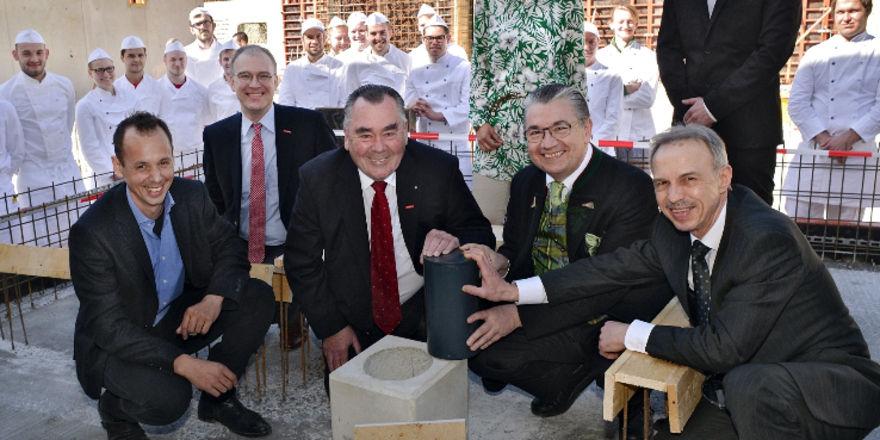 Grundsteinlegung unter anderem mit (von rechts) Verbandsgeschäftsführer Wolfgang Filter, Landesinnungsmeister Heinz Hoffmann und Ehren-Landesinnungsmeister Heinrich Traublinger.