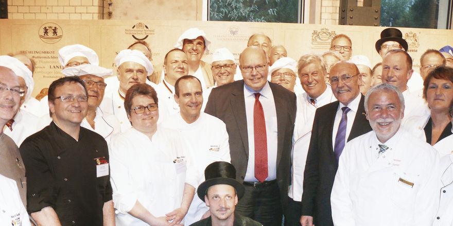 Peter Altmaier, der neue Brot-Botschafter und ZV-Präsident Peter Becker im Kreise zahlreicher Kollegen aus allen Regionen Deutschlands.