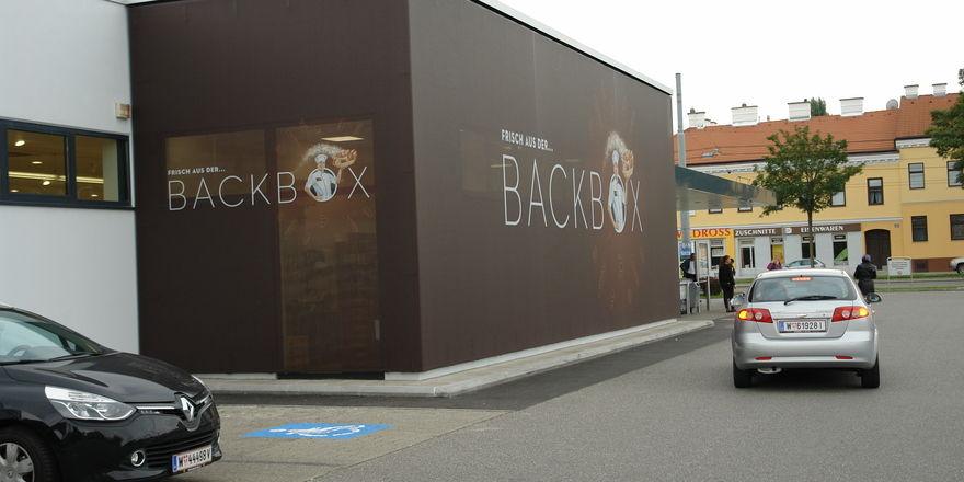 Bei den bestehenden Hofer-Filialen ist die Backbox mit dem Frischbackwarensortiment aus Platzgründen an das Gebäude angebaut. Kunden nehmen aber von innen die Ware heraus.