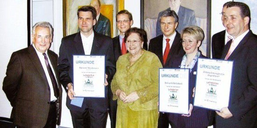 Berlins Regierender Bürgermeister Klaus Wowereit (m.) und IHK-Präsident Dr. Eric Schweitzer (2. Reihe l.) gratulierten den Preisträgern. Für die Bäckerei Wiedemann nahmen die Eltern des Firmenchefs, Hans (l.) und Helga Wiedemann (3.v.l.), sowie Ausbi
