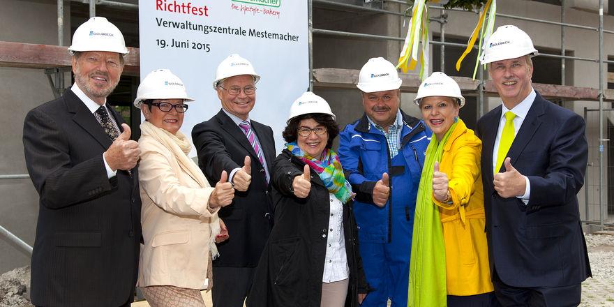 Feiern gemeinsam Richtfest (von links): Fritz Detmers, Helma Detmers, ehemaliger Präsident IHK Ostwestfalen zu Bielefeld Ortwin Goldbeck, Maria Unger, Richtmeister Fritz Klietsch, Ulrike Detmers und Albert Detmers.