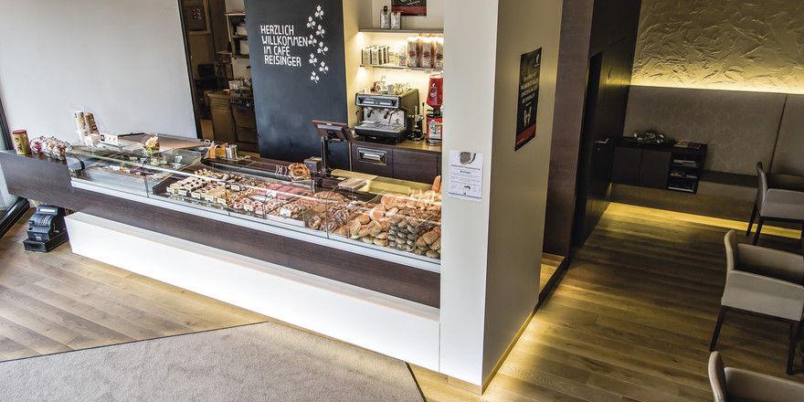 Die Theke im Erdgeschoss ist der Blickfang der Bäckerei. Beim Ladenbau halten sich die Reisingers an den Architekten ihres Vertrauens.