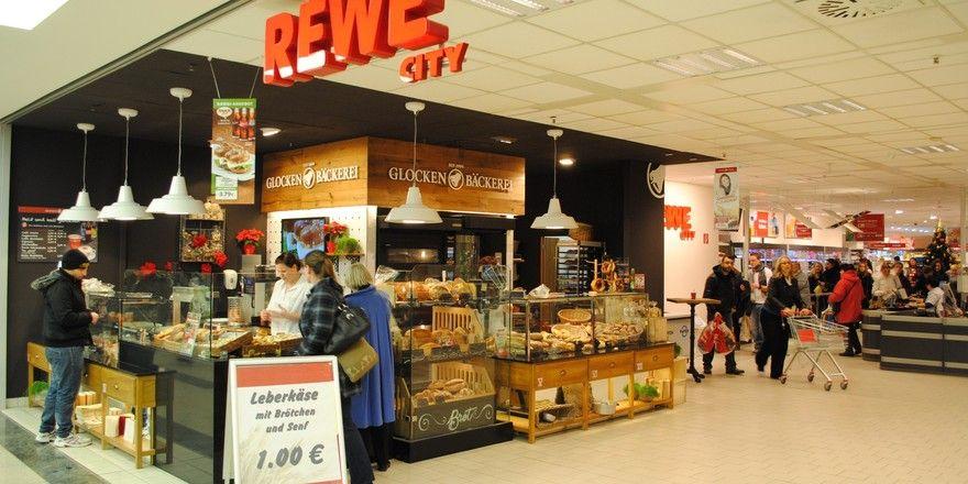 Neben der hauseigenen Glockenbrotbäckerei sind regionale Bäcker in den Vorkassen von Rewe-Märkten.