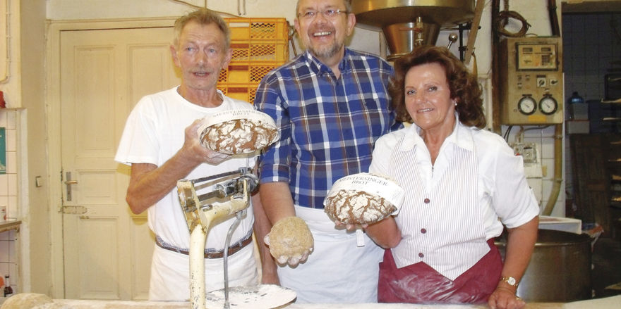 Sie stellen das Meistersingerbrot vor (von links): Bäckermeister Alfons Hochreither, Opernsänger Jürgen Linn und Elisabeth Hochreither.