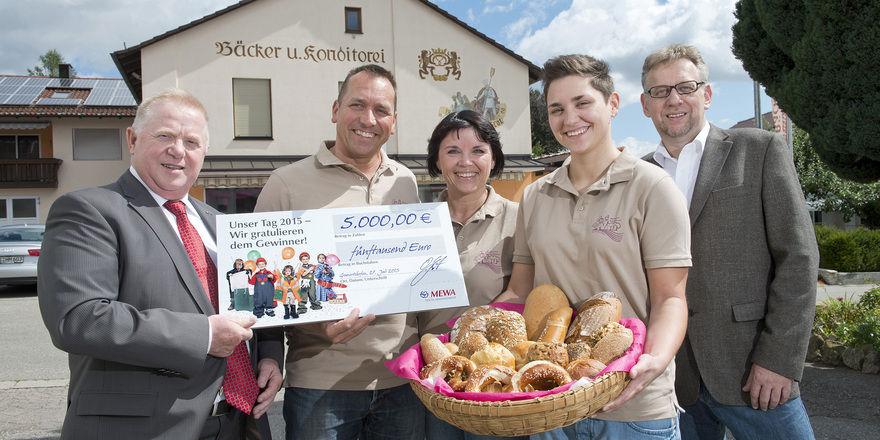 Freude bei der Scheckübergabe (von links): Helmut Marwinski (Mewa), Werner, Angelika und Theresa Nau sowie Franz-Josef Breuer (Marketing Handwerk).