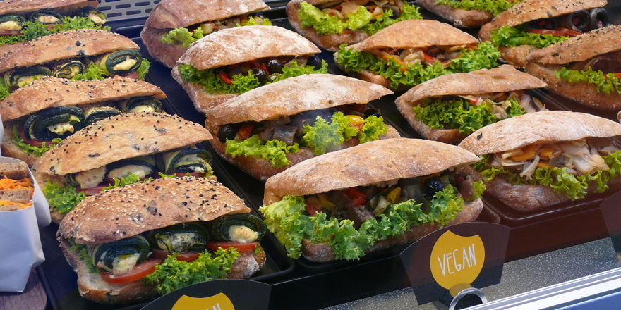 Die Snackberater der Bäko zeigen individuelle Snackkonzpte wie leckere Ciabattas mit Wok-Gemüse.