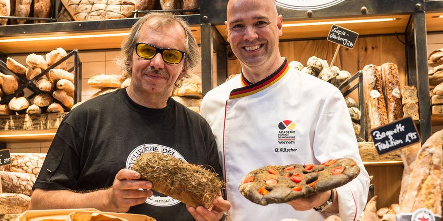 """Peter Kapp (von links) hat sich auf der Iba mit Akademie-Direktor Bernd Kütscher über die Sendung """"Deutschlands bester Bäcker"""" ausgetauscht."""