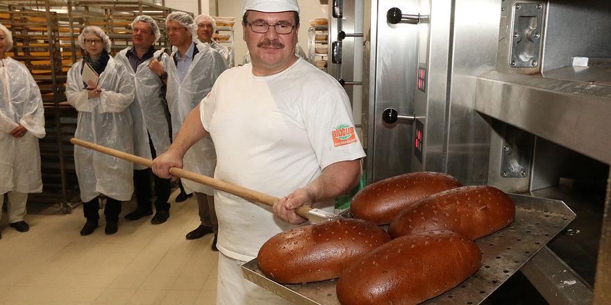 Bei Führungen durch die Meisterbäckerei gibt es Gelegenheit, mit den Bäckern ins Gespräch zu kommen.