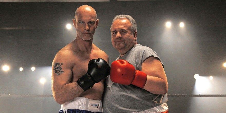 Manfred Frisch (von links) und Walter Laible bekämpfen sich hartnäckig – wenn's sein muss auch mit den Fäusten.