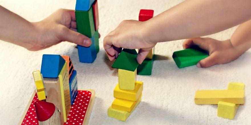 Die Kinderbetreuung steuerlich abzusetzen hat für Mitarbeiter und Unternehmen Vorteile.