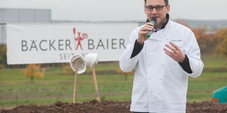 Inhaber Jochen Baier begrüßt die Gäste zum Spatenstich der neuen Produktion.