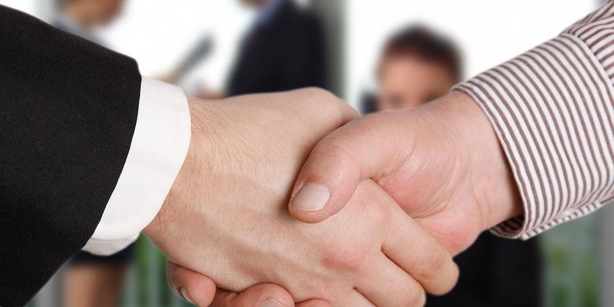 Auch unter Freunden müssen die Bedingungen für ein Darlehen dem Recht entsprechen.