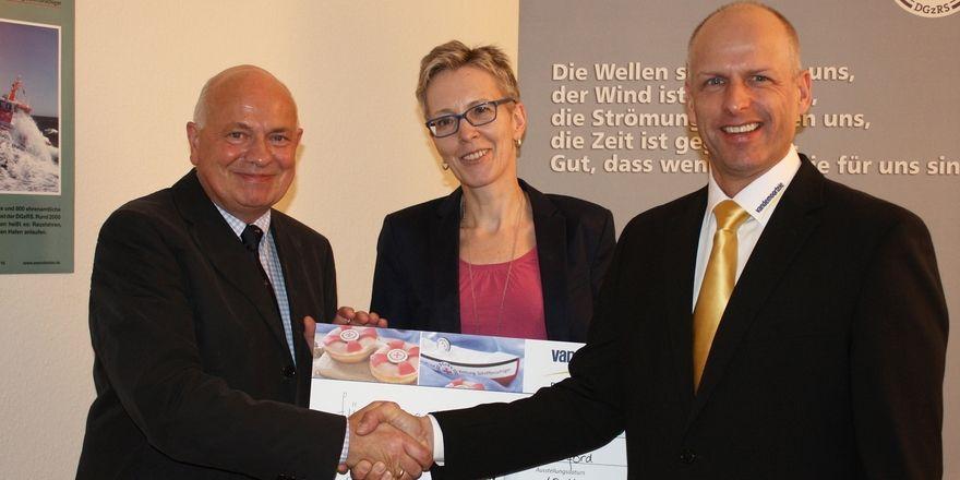 Freuen sich über die Spende (von links): Kapitän Ralf Krogmann, Christina Herrmann und Robert Maaßen von Vandemeoortele.