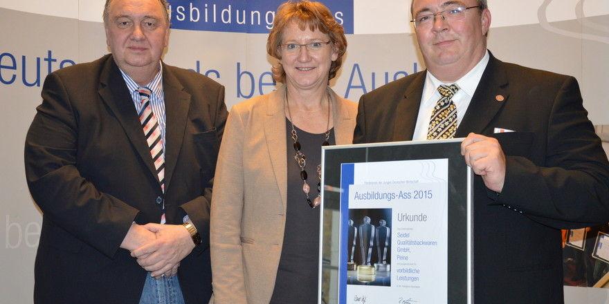 Ausgezeichnet: Lutz Seidel (links), Ingrid Pahlmann, Bundestagsabgeordnete, und Andreas Höver. Unternehmen