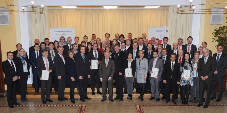 93 Unternehmern, darunter viele aus dem Bereich Brot und Backwaren, erhalten eine Urkunde von Minister Johannes Remmel.