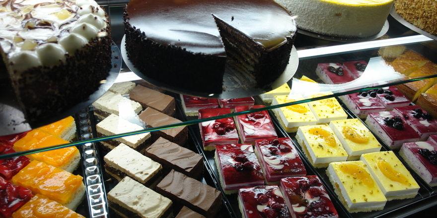Das konventionell hergestellte Angebot ist bei Kuchen und Torten sehr reichhaltig. Bei veganen Produkten dürfen weder Sahne, Butter, Eier oder Honig verarbeitet werden.