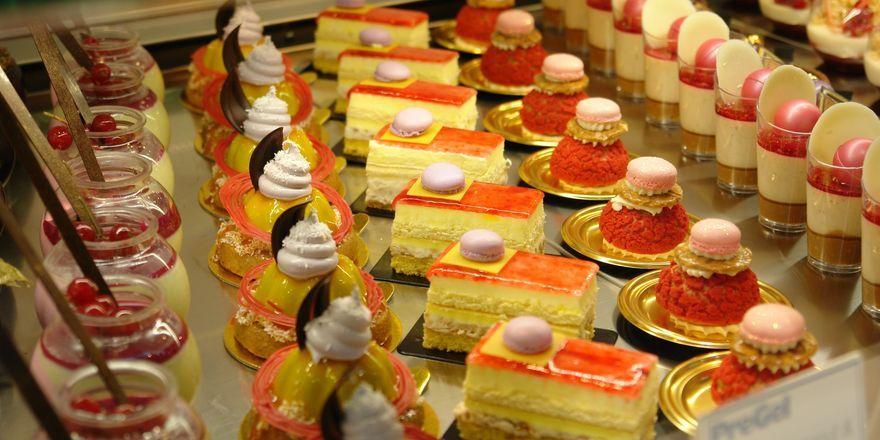 Auf der Fachmesse werden die neuesten Eis- und Dessertkreationen sowie süße Backwaren präsentiert.