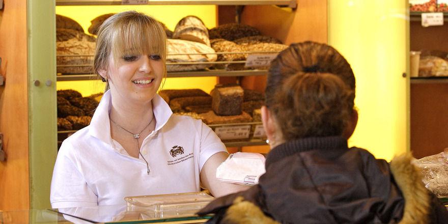 Die geprüfte Verkaufsleiterin im Lebensmittelhandwerk führt und organisiert den Verkauf eigenständig.