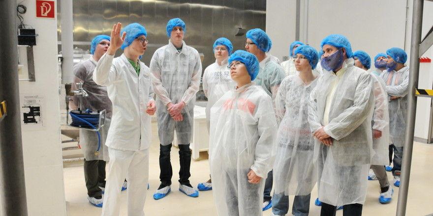 Auszubildende von Aryzta informieren Jugendliche über die Arbeit im Unternehmen.