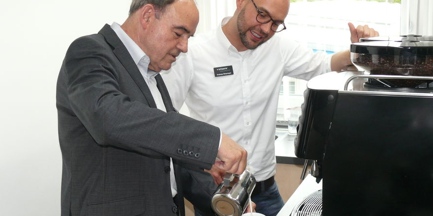 In Barista-Workshops, wie hier bei Schaerer in Urspring bei Ulm, lernen Mitarbeiter exzellente Kaffeespezialitäten herzustellen.