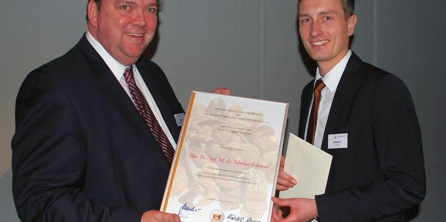 Übergabe des Förderpreises an Dr. Markus Schirmer (rechts) durch den Hauptgeschäftsführer des Verbandes Deutscher Großbäckereien, Armin Juncker