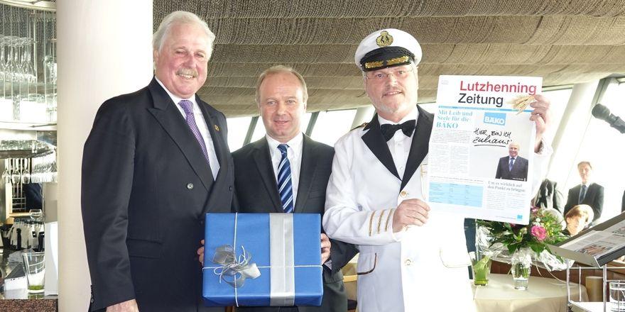 Lutz Henning (von links), Bäko-Geschäftsführer Klaus Burger und Vorstand Norbert Hupe, der seinem Vorgänger eine modifizierte und persönliche Lebensmittel Zeitung überreicht.
