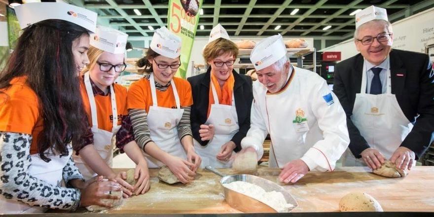 Dieter Vierlbeck, Vorsitzender der Arbeitsgemeinschaft Handwerk und Kirche (von rechts), ZV-Präsident Michael Wippler und Cornelia Füllkrug-Weitzel, Präsidentin von Brot für die Welt, gemeinsam mit Berliner Konfirmandinnen.