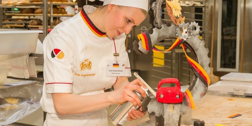 "Tanja Angstenberger modelliert ihr Schaustück zum Thema ""Heimat""."