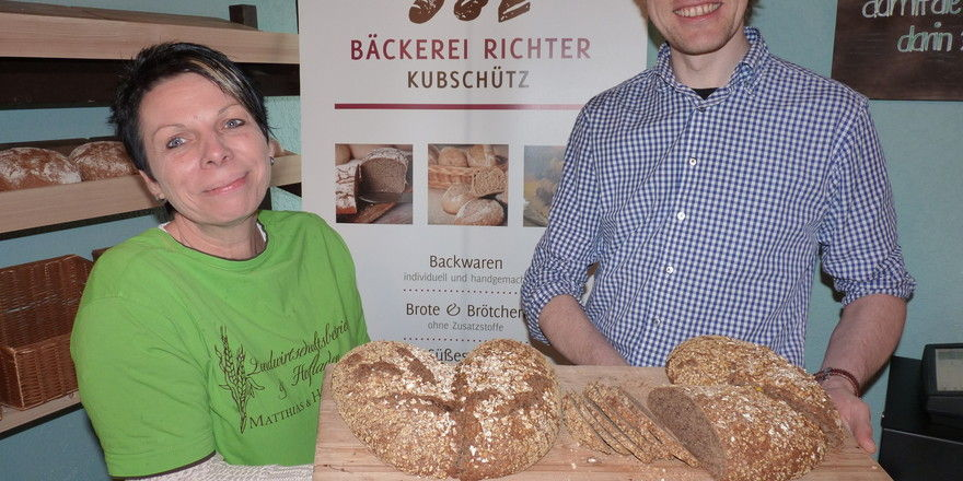 Bäckermeister Stefan Richter und Heike Löhnert vom Hofladen mit dem Herzbrot zum Valentinstag.