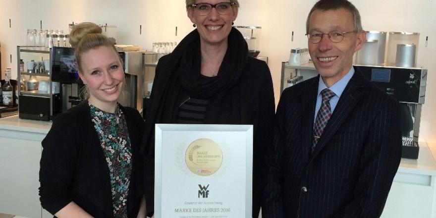 Marke des Jahres: Die Urkunde für diesen Titel nahmen die WMF-Vertreterinnen Melanie Nolte (MItte) und Ramona Köhler von ABZ-Geschäftsführer Dr. Clemens Knoll entgegen.