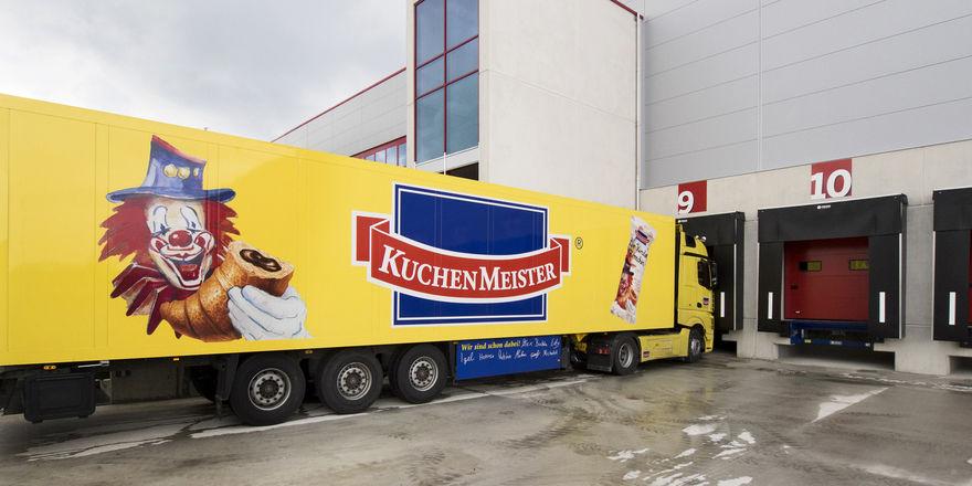 Kuchenmeister transportiert seine Produkte mit eigenen Lastwagen.